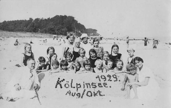 Kindergruppe am Strand von Kölpinsee 1929