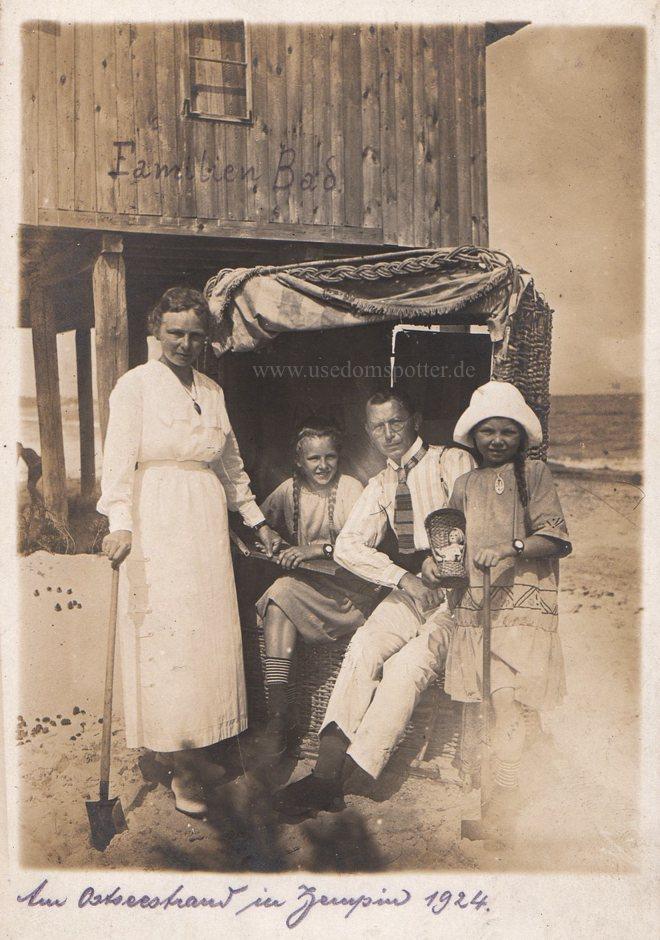 Urlauberfamilie am Strand von Zempin 1924