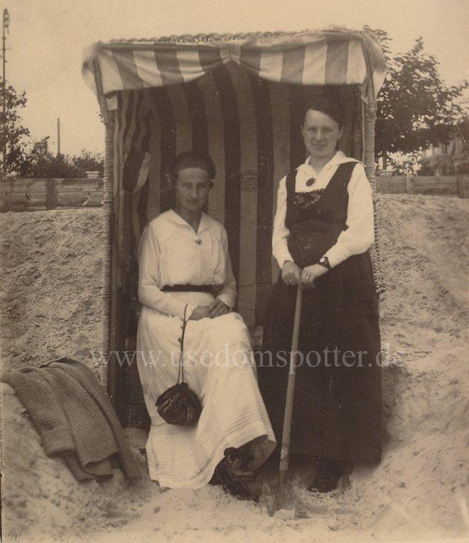 Zwei Damen im Strandkorb Ahlbeck 1910