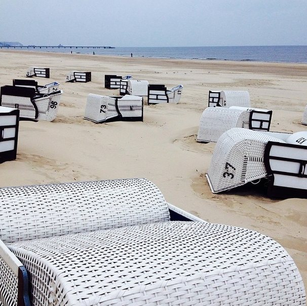 Umgekippte Strandkörbe am Strand von Heringsdorf